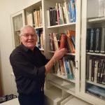 Tage Hammerman vid biblioteksskåpet